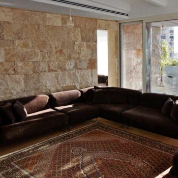 """Realizzato un elegante rivestimento in pietra naturale per il living di un attico in stile moderno. [wp-svg-icons icon=""""search-2"""" wrap=""""h1""""]"""