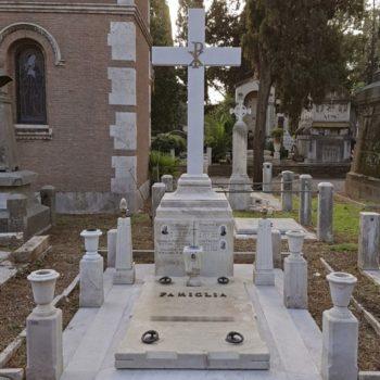 """Intervento di pulitura, consolidamento, incollaggio e stuccatura per il ripristino di una tomba monumentale di Verano in Roma. [wp-svg-icons icon=""""search-2"""" wrap=""""h1""""]"""