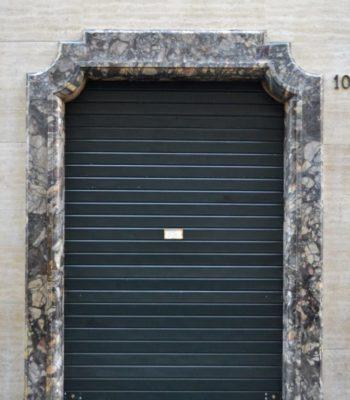 """Il noto store Bvlgari di Roma situato in via Condotti: rimozione vecchi protettivi con idropulitura e accurata stuccatura. [wp-svg-icons icon=""""search-2"""" wrap=""""h1""""]"""