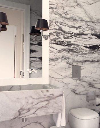 """Per casa Ciompi, sono stati realizzati eleganti bagni in marmo """"Arabescato"""". Grazie ad una scelta accurata dei tagli, gli ambienti si presentano con un'affascinante composizione decorativa. [wp-svg-icons icon=""""search-2"""" wrap=""""h1""""]"""