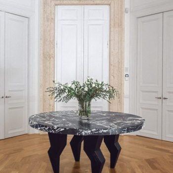 """Realizzate finiture in travertino per Casa Ciompi. Damiani Marmi ha realizzato anche un pregiato piano, in marmo """"Grand antique"""" per un tavolo circolare dal design creativo. [wp-svg-icons icon=""""search-2"""" wrap=""""h1""""]"""