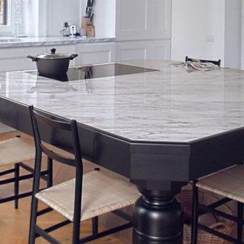 """Il piacevole contrasto del marmo Carrara su legno total black dona grande carattere a questa cucina in stile neoclassico moderno. Realizzati i piani in marmo. [wp-svg-icons icon=""""search-2"""" wrap=""""h1""""]"""