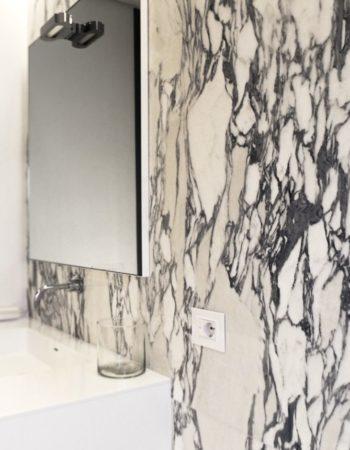 """Bagno realizzato con un luminoso marmo Arabescato. Parete, pavimento e vano doccia, sono stati arredati con questo splendido marmo. [wp-svg-icons icon=""""search-2"""" wrap=""""h1""""]"""