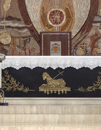 """Altare realizzato in Travertino e marmo """"Nero assoluto"""" per la storica Chiesa di San Marco a Latina. [wp-svg-icons icon=""""search-2"""" wrap=""""h1""""]"""