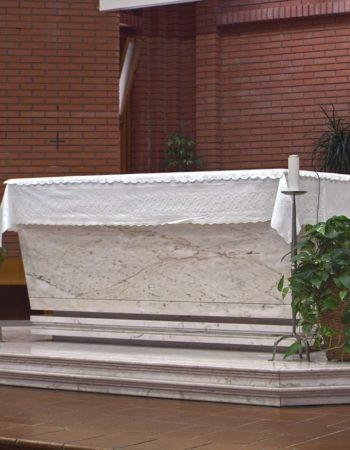 """Un luminoso altare in marmo """"Rosa Portogallo"""" realizzato per la Chiesa di S. Rita a Latina. [wp-svg-icons icon=""""search-2"""" wrap=""""h1""""]"""