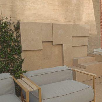 """Damiani Marmi arreda un lussuoso solarium in attico con eleganti fontane ed elementi d'arredo realizzati in travertino; realizzata anche una ampia piscina coperta. [wp-svg-icons icon=""""search-2"""" wrap=""""h1""""]"""
