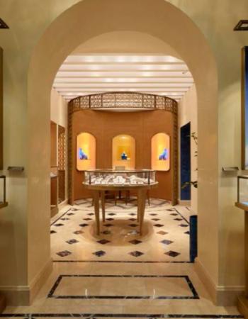 """Capri: pavimento in sodalite blu e travertino in falda. Courtesy of Bulgari [wp-svg-icons icon=""""search-2"""" wrap=""""h1""""]"""